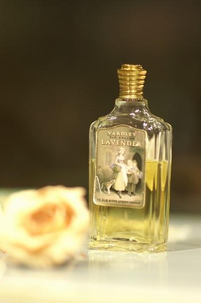 フェノキシエタノールは香水の香りを長持ちさせるために使われている